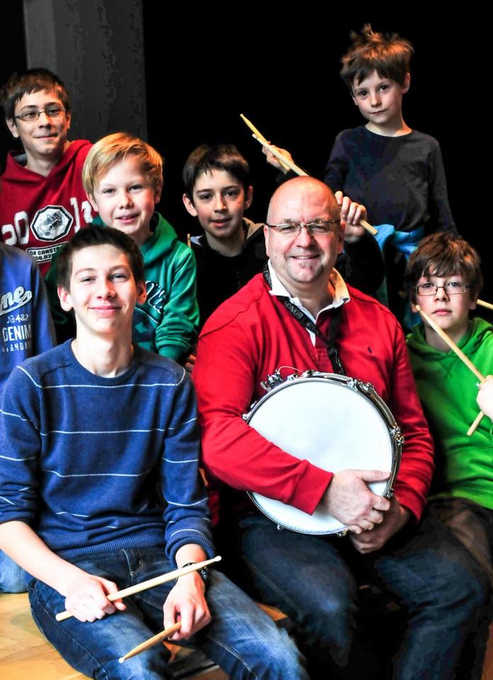 Robert Walla mit Schülern