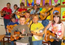 Klassenmusizieren mit Gitarren