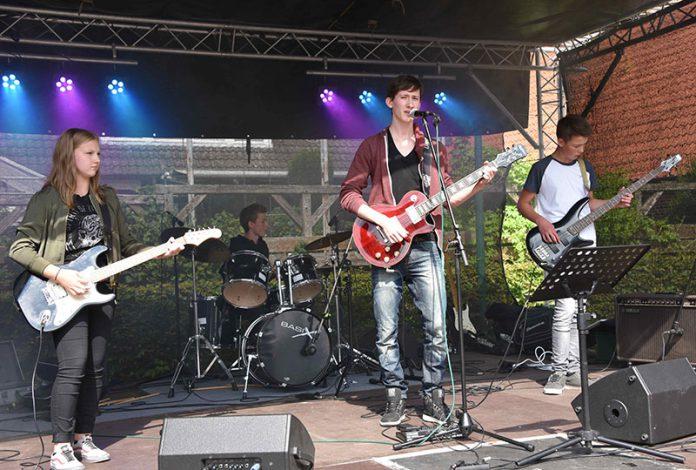 Black and White (Band der Musikschule des Landkreises Oldenburg) auf dem Cityfest in Delmenhorst
